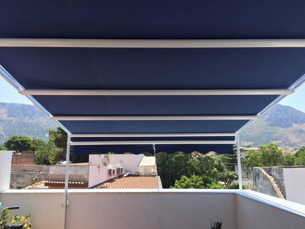 tenda blu con struttura
