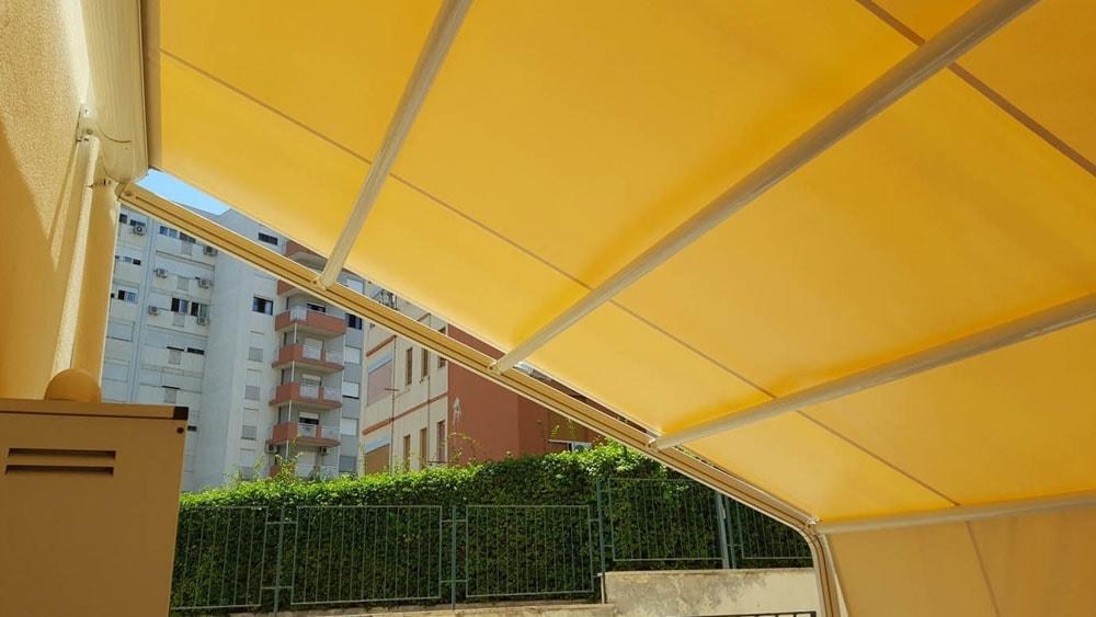 tenda con struttura gialla